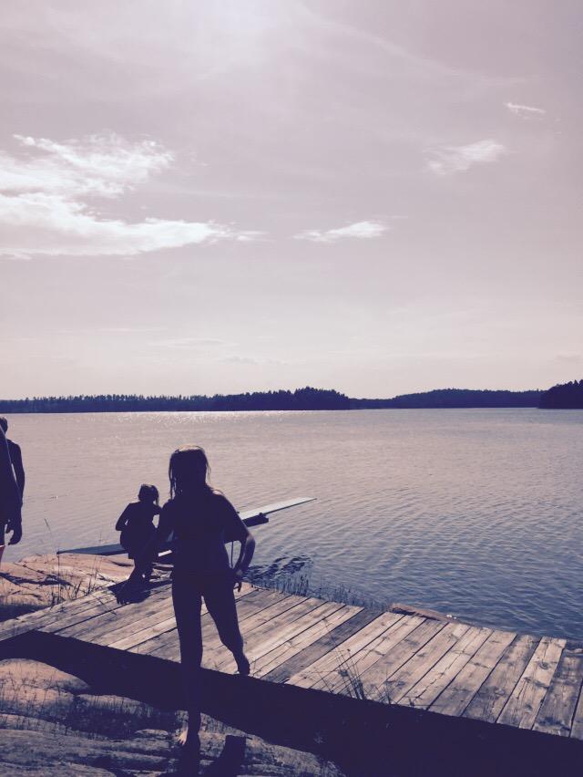 Hemma på Kvarn är som vanligt mycket folk men det är bara mysigt. Lilla V  fiskade från kamikazen a83ea371be5b0
